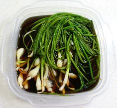 세월이 흐르면서 입맛도 변하는지... 어릴 적 밥을 먹으면 늘 파만 골라내었는데 이젠 파김치, 파 볶음밥, 파계장 등 파 요리가 어찌나 맛난지요. 그래서 오늘은 고기 드실 때 함께 드셔도 좋고 그냥 밥반찬으로.. Korean Menu, Korean Dishes, Korean Food, Korean Kitchen, Keto Recipes, Cooking Recipes, Daily Meals, Food Menu, Food Design