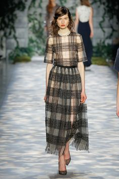See the complete Jenny Packham Fall 2017 Ready-to-Wear collection. Jenny Packham, Fashion 2018, Fashion Week, Girl Fashion, Couture Fashion, Runway Fashion, Tartan Fashion, Fashion Show Collection, Autumn Winter Fashion