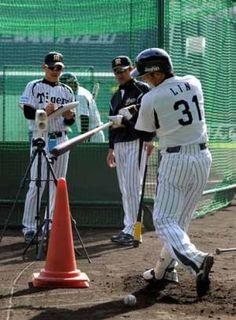 2012.10.29 和田監督(中央)と関川コーチ(左)が見守る中、スイングスピード計測を行う林