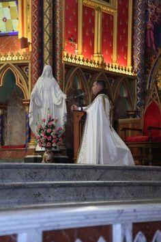 sacerdote arautos rezando o terço.jpg