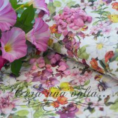 Tessuto Fantasy Of Flowers Una fantasia di fiori dai colori polverosi ma vivaci, un tessuto che regala una sensazione visiva di grande luminosità ed evoca un'atmosfera di benessere, confort e bellezza.  Stampa Digitale diretta fiori   Colore  Sfumature polverose di Arancione, Rosa e Vinaccia, Verdi Muschiati su base Bianco Antico  Materiale 100% cotone di lino  Altezza pezza 2,80 mt  Pesantezza media