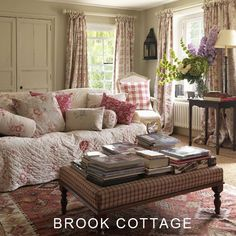 These vintage sitting room decor ideas create a wonderfully cosy shabby chic living room. There's floral curtains and printed linen soft furnishings; pattern and comfort. Cottage Living Rooms, Shabby Chic Living Room, Shabby Chic Homes, Shabby Chic Furniture, Shabby Chic Decor, Living Room Decor, Cottage Furniture, Cozy Living, Country Furniture