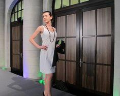 Maryana in einem KAMI Organic Kleid und Blazer mit Accessoires von Studio Jux - erhältlich im FAIR QUEEN Online Shop