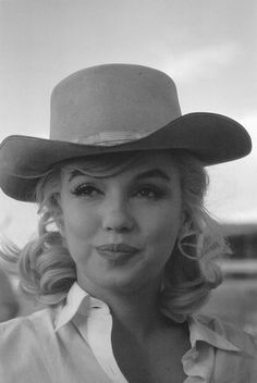 Marilyn Monroe photographed by Eve Arnold on the set of The Misfits, 1961 Marilyn Monroe Photos, Marilyn Manson, Marylin Monroe, Marilyn Monroe Clothes, Gentlemen Prefer Blondes, Norma Jeane, Beautiful Person, Misfits, Vintage Beauty