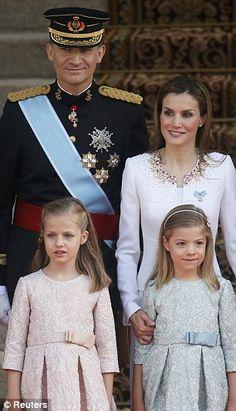 Koninklijke familie: Spanje's nieuwe koning Felipe VI en zijn vrouw koningin Letizia poseren met dochters Princess Sofia en Prinses Leonor als ze aankomen op het Congres van Afgevaardigden in Madrid