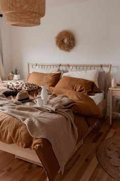 Tan bedding on neutral bedroom Tan bedding on neutral. - campusfashion - Tan bedding on neutral bedroom Tan bedding on neutral bedroom - Boho Bedroom Decor, Bedroom Inspo, Bohemian Bedrooms, Earthy Bedroom, Warm Bedroom Colors, Warm Cozy Bedroom, White And Brown Bedroom, Bohemian Bedding, White Bedroom