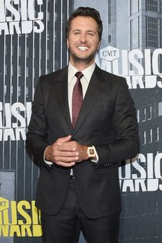 Luke Bryan flashes his big smile at the 2017 CMT Music Awards red carpet (Michael Loccisano/Getty Images).