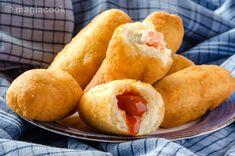Πεντανόσιμα πιροσκί χωρίς να είναι καθόλου λαδερά με πολλά πολλά νόστιμα και ιδιαίτερα είδη γέμισης. Με πατάτα, με λουκανικάκια Φρανκφούρτης και τυρί ή μουστάρδα ή κέτσαπ, με κρέμα τυριού και καπνιστό σολομό για πιο Gourmet. Hot Dog Buns, Hot Dogs, Sweet Potato, Food And Drink, Bread, Vegetables, Breakfast, Ethnic Recipes, Chef Recipes