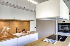 Les meubles hauts s'élèvent jusqu'au plafond dans cette petite cuisine Cuisines Design, Home Reno, Kitchen Remodel, Sweet Home, Kitchen Cabinets, Table, Projects, Inspiration, Furniture