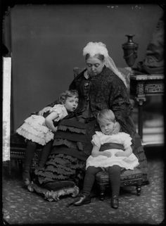 Queen Victoria and her grandchildren Princess Margaret of Connaught (*1882) and Prince Arthur of Connaught (*1883).