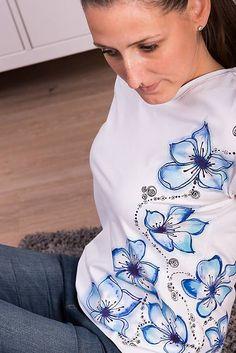 Maľované tričko modrý kvet #detskamoda#jedinecnesaty#handmade#originalne#slovakia#slovenskydizajn#móda#šaty#original#fashion#dress#modre#ornamental#stripe#dresses#vyrobenenaslovensku#children#fashion#rucnemalovane Modeling, Sweatshirts, Sweaters, Fashion, Moda, Modeling Photography, La Mode, Pullover, Sweater