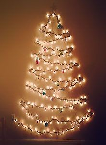 clavos y string de leds bastan para hacer este arbol navideño en una pared