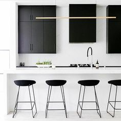 Inspiration d'une cuisine minimaliste hyper chic black&white. Sobre et intemporel, j'aime beaucoup! Réalisation @well__received Chaisess @haydesign via @simple.form . . #interiordesign #interior #homedecor #homedesign #home #decor #decoration #inspiration #architecture #white #archilovers #design #wood #whiteinterior #vsco #instadesign #minimal #minimalist #picoftheday #instagram #decodeuxpointzero #blog #beautiful #trend #luxury #lifestyle #instadeco #blogdeco #decoratrice #blogueusedeco