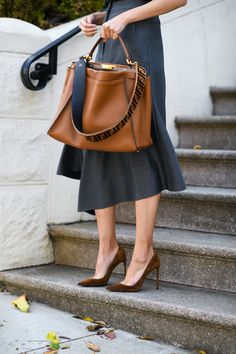 Purses, Purses everywhere. With so many purses and things to put in them what type of clutch purse do you need? If you carry a lot of stuff use a hobo purse. Look Fashion, Fashion Bags, Autumn Fashion, Womens Fashion, Petite Fashion, Fashion Handbags, Runway Fashion, Fashion Trends, Elegantes Outfit