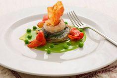 Involtino di pesce spatola con mozzarella, passata di piselli e pomodorini infornati e guanciale croccante