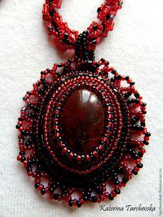 """Купить Вышитый кулон """"Фламенко"""" - яшма натуральная, бисер, бисерный жгут, красный цвет"""