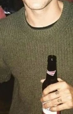 Louis tomlinson gets new tattoos on his fingers and rear end Harry Styles Hands, Harry Styles Funny, Boy Tattoos, Wrist Tattoos, Louis Tomlinson Tattoos, One Direction Tattoos, Harry Styles Wallpaper, Larry Stylinson, Pretty Boys