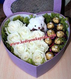 Kalp Kutuda Beyaz Güller Çikolata ve Ayıcık