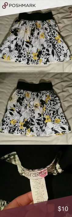 Body central black and yellow skirt Very cute skirt in great condition. Has pockets! Feel free to make offers and check out my closet for more awesome clothes in various sizes. Body Central Skirts Mini