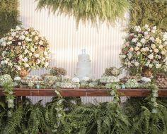 No casamento de Carolina Falluh e Thiago Ramaciotti a mesa de doces ganhou destaque com sabambaias. A decoração foi feita pela amiga da noiva Mara Perez que fez parte da história de amor do casal de uma forma muito engraçada! Conheça mais: http://yeswedding.com.br/pt/antena-yes/post/amor-autentico