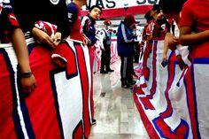 RECIBEN CON PASILLO ROJIBLANCO A CHIVAS EN LA CDMX Unos 300 aficionados recibieron al Rebaño con un pasillo, cánticos y porras. Cerca de las 18:00 horas el plantel tapatío salió.