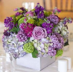 Hermoso arreglo floral lila y morado