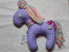 unicorno lilla criniera arcobaleno