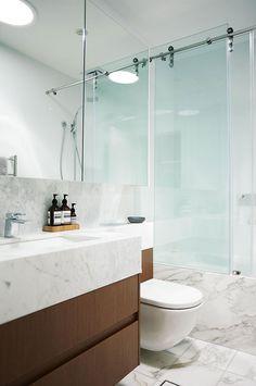 Baño pequeño y moderno en marmol