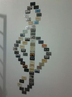 Old Cassette Tapes = Wall Art Tape Wall Art, Diy Wall Art, Music Wall Art, Art Decor, Diy Home Decor, Room Decor, Cassette Tape Crafts, Ideias Diy, Recycled Art