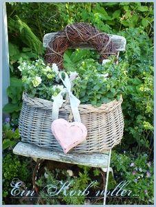 """<p> Gefüllt mit limonengrünen Petunien.Im Hintergrund wächst meine neue Rose """"Leda"""" und die weiße Hortensie """"Annabell""""....alles in weiß.....</p>"""