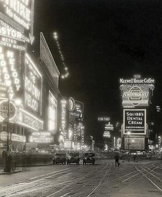 Times Square, New York City, 1929 via vintage-retro New York Pictures, Old Pictures, Old Photos, Vintage Photos, Vintage Photographs, Vintage New York, Photography New York, Travel Photography, New York City