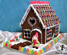 Gingerbread House Candy, Cardboard Gingerbread House, Homemade Gingerbread House, Gingerbread House Designs, Christmas Food Gifts, Christmas Dishes, Christmas Sweets, Christmas Baking, Ginger Bread House Diy