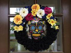 Necesitáis: Flores Calavera Papel o tela negra Base circular Procedimiento: Pegáis el papel negro sobre la base circular, colocáis las flores por encima y por último podéis decorar con una calavera. (Foto: Pinterest)