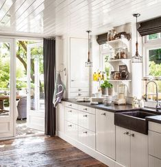 Such a great white kitchen. Sort of a modern version of a traditional country kitchen Rustic Kitchen, Country Kitchen, Kitchen Dining, Kitchen Cabinets, Design Furniture, Home Furniture, Curved Kitchen Island, Sweet Home, Cocinas Kitchen