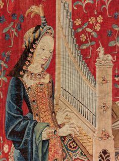 Dame à la licorne.Ces tapisseries « millefleurs » à la flore abondante, peuplées d'animaux paisibles dans cette sorte d'Éden où la licorne est tantôt actrice tantôt simple spectatrice et porteuse d'armoiries, invitent par ailleurs à la contemplation.