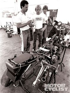 Rainey (center), tuner Steve Johnson (left) and the '83 Kawasaki GPz750 that earned him his first AMA Superbike title.