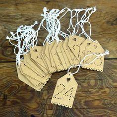 Ib Laursen Papieranhänger 1 -24. Papierschildchen mit ausgestanztem Herz und den Zahlen von 1 bis 24.