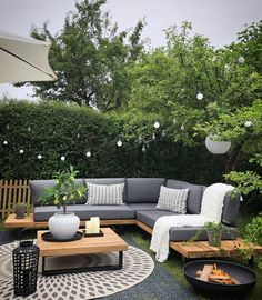 Salon outdoor : nos 50 inspirations Pinterest pour bien le décorer Backyard Seating, Backyard Patio Designs, Backyard Ideas, Patio Ideas, Small Backyard Patio, Backyard Pools, Corner Garden Seating, Corner Sofa Garden, Diy Garden Seating