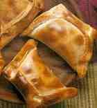 Empanadas de Pino (Chile)Se pueden servir como entrada o como plato de fondo Pie Recipes, Snack Recipes, Snacks, Chilean Recipes, Chilean Food, Hand Pies, Carne, Sandwiches, Meat