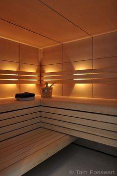 Traditionele sauna in Hemlock fineer met indirecte verlichting achter rugleuning