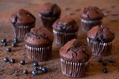 Шоколадные маффины с черникой