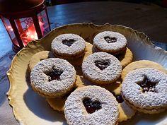 A kedvenc karácsonyi linzer! Puha, omlós, fehér, mint a hó, és az erdő édes ízeit rejti.