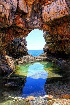 Skalisty brzeg wyspy Lokrum The rocky shore of the island of Lokrum