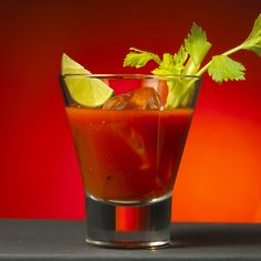 Bloody Mary: aperitivo a base di pomodoro fresco, una sinergia di colori e sapori della bella stagione che ritroviamo in questo bicchiere super fresco