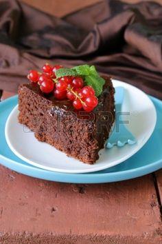 Super-Schokoladenkuchen Schokoladenkuchen mit roten Johannisbeeren und Minze dekoriert photo