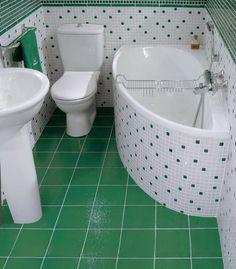 baie mica decorata cu mozaic alb si verde smarald cada pe colt wc si lavoar