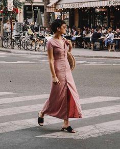 Musa do estilo: Chloe Miles. Vestido longo roda de botões, bolsa de palha, mule preto
