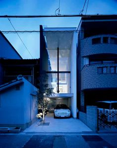 A central staircase rises through split levels in this narrow house in the residential Showa-cho area, Osaka, by Japanese architect Shintaro Fujiwara. Architecture Du Japon, Japanese Architecture, Architecture Old, Residential Architecture, Narrow House, Micro House, Exterior, Japanese House, Minimalist Living