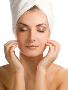 If You Wash Your Face With Coconut Oil And Baking Soda THIS Is What Happens To Your Face. tips for teens tips in tamil tips tricks for face for hair for makeup for skin Winter Beauty Tips, Beauty Tips For Teens, Beauty Tricks, Organic Skin Care, Natural Skin Care, Natural Beauty, Coconut Oil Uses, Skin Care Remedies, Wash Your Face
