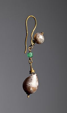 Ear-ring. Roman  Gold, emerald, pearls. 4,3 cm Inventory number: H1823 http://www.thorvaldsensmuseum.dk/
